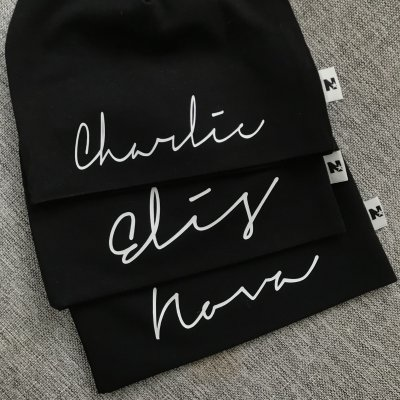 Black beanie with name - Signature